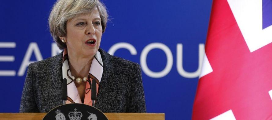 """De acuerdo con los dos rotativos conservadores, May dispone de 10 días para """"salvar su..."""