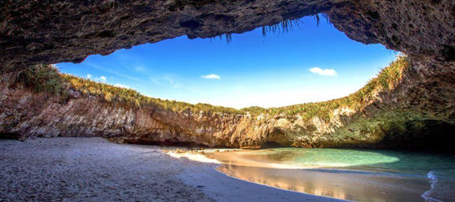 Es una de las joyas de la zona. Está en bahía de Banderas, en el Parque Nacional Islas Marietas de...