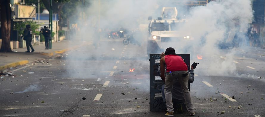 """Nicolás Maduro afirma que su policía sólo dispara con """"agua y gasecito"""""""