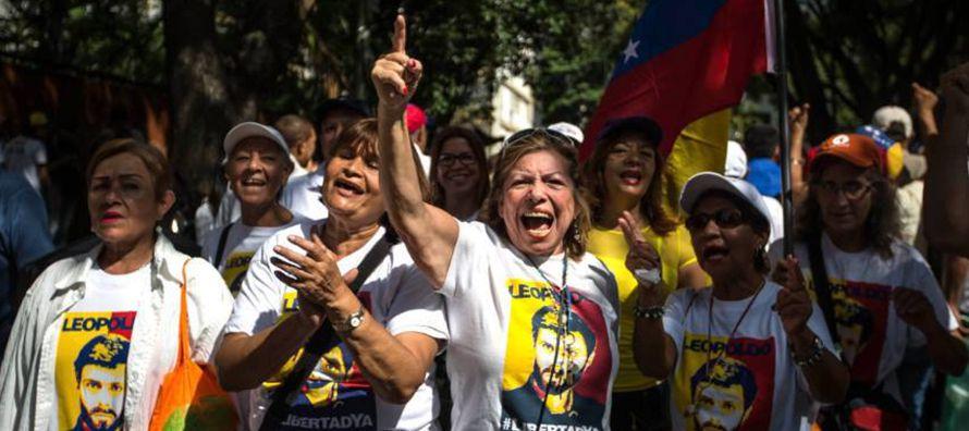 En medio de una profunda crisis económica, millones de venezolanos sufren por la escasez de...