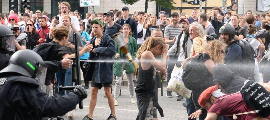 """""""El mundo arde"""", rezaba el cartel que portaba Jannis en la manifestación del..."""