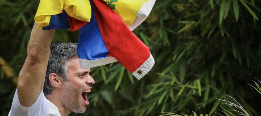 Oficial del ejército y Presidente de la Asamblea Nacional, Diosdado Cabello también...