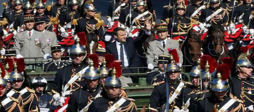 La imagen resume un 14 de julio, la fiesta nacional francesa, celebrado en un ambiente enrarecido....