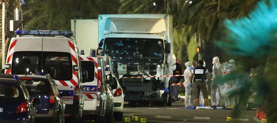 Macron llegó al Ayuntamiento de Niza acompañado por su esposa y fue recibido por el...