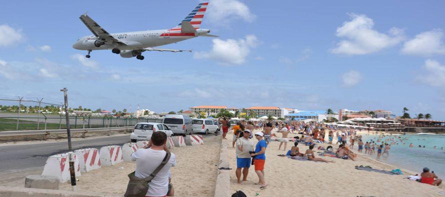 Las aeronaves operan a solo 25 metros sobre la playa, y el rebufo de los aviones, algunos tan...