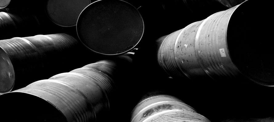 Los futuros del petróleo Brent ganaron 49 centavos, o un 1,01 por ciento, a 48,91...