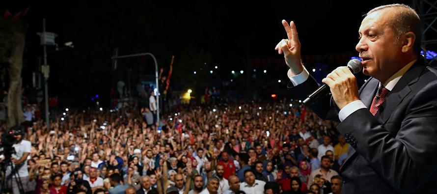 Erdogan, y miembros de la oposición se reunieron el sábado para conmemorar el...