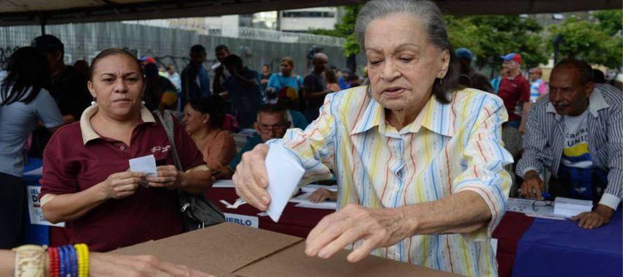 El presidente del Parlamento de Venezuela, Julio Borges, ha asegurado que los 2.030 centros de...