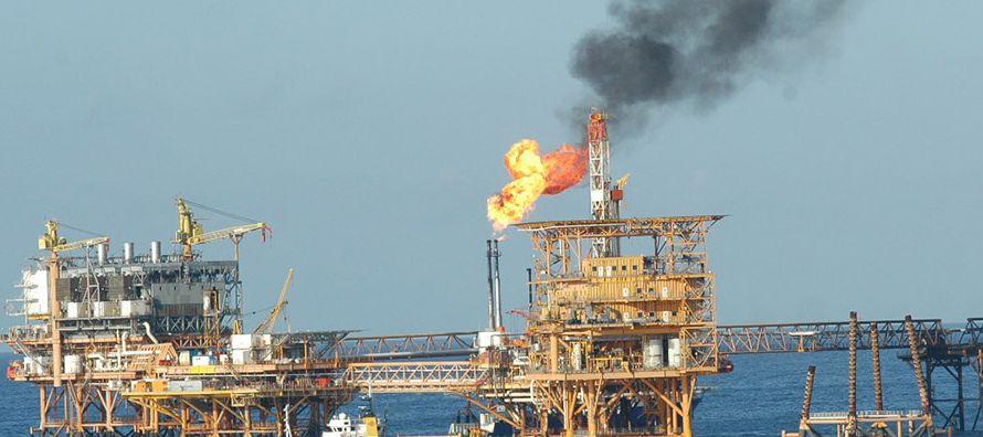 De acuerdo con reportes de Pemex, en 2016 la quema de gas representó 8.8 por ciento de la...