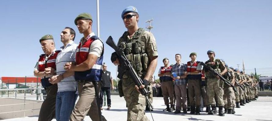 En los pasillos del centro de control de Akinci se reunieron, el 15J, un grupo de civiles y...