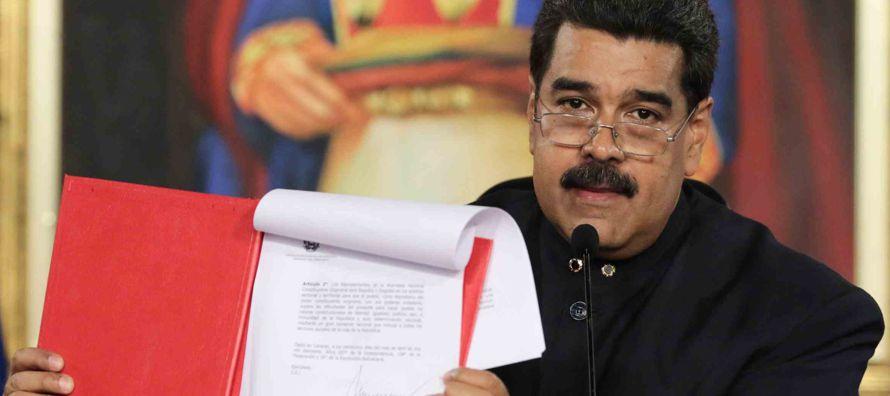 Los documentos, que dividen los datos en los 14.515 centros de votación de Venezuela,...
