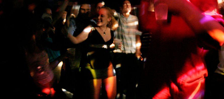 El video tiene como escenario un barrio pobre de Puerto Rico llamado La Perla y muestra a un alegre...