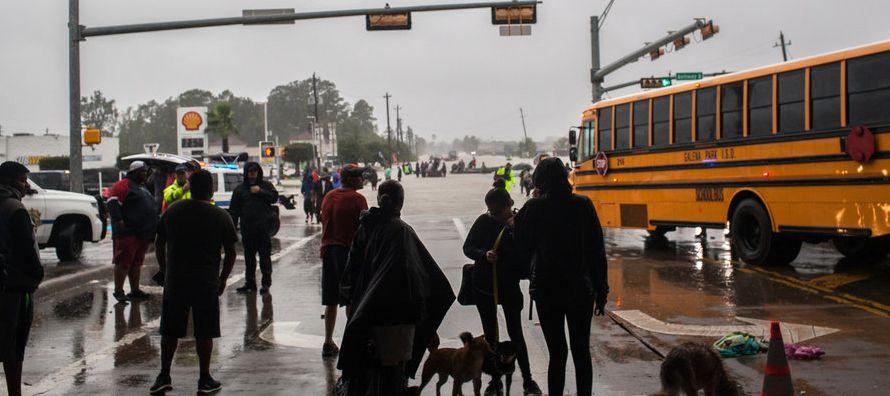Las nuevas medidas migratorias ponen nerviosos a muchos: el gobernador de Texas, Greg Abbott,...