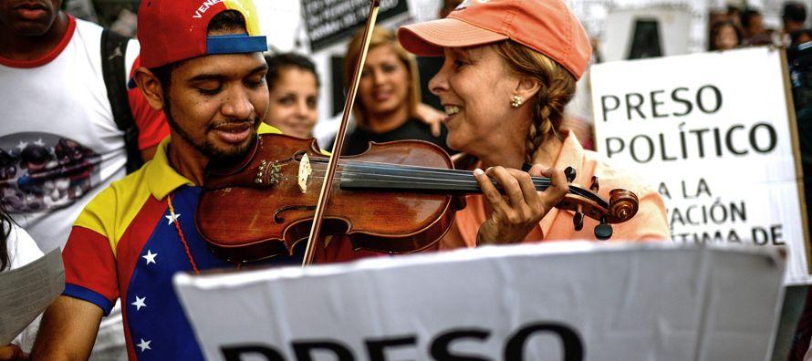 Con una imagen viralizada en videos donde se le ve tocando el himno de Venezuela o el Alma Llanera,...