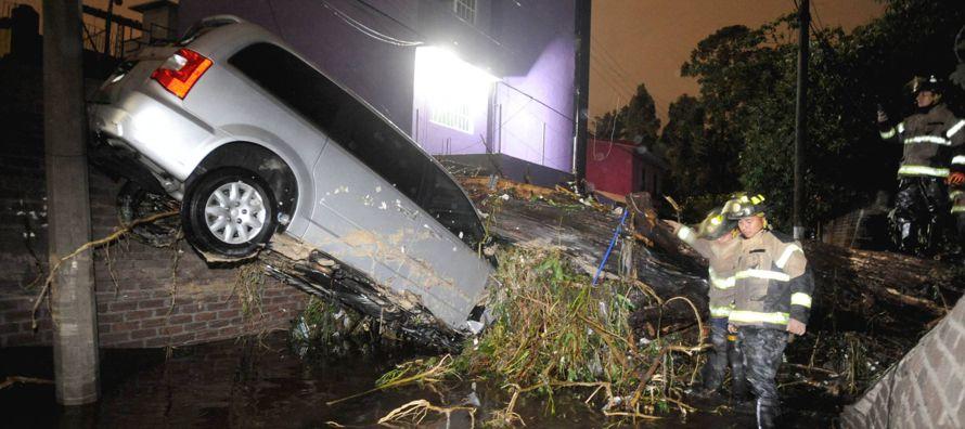 La crecida del río San Buenaventura ha dejado bajo el lodo casas y coches al sur de la...