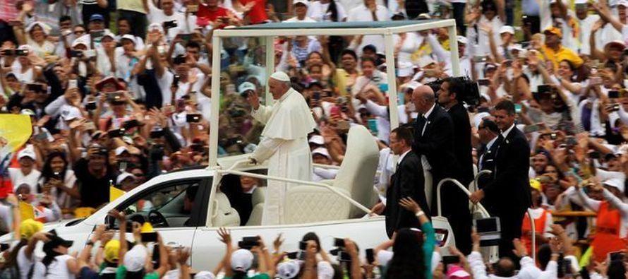 El Papa Francisco pidió el viernes a la sociedad colombiana un compromiso sincero de...