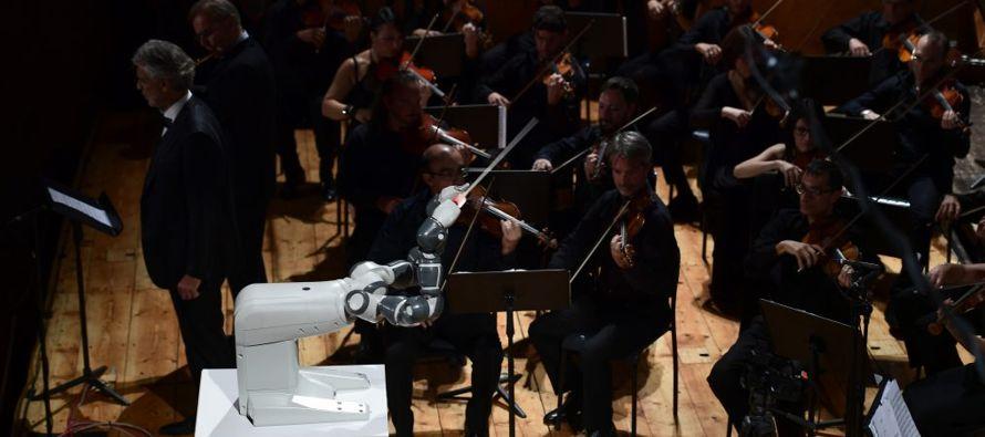 El concierto ofrecido en Pisa fue su estreno mundial. Sus dos brazos mecánicos dirigieron...