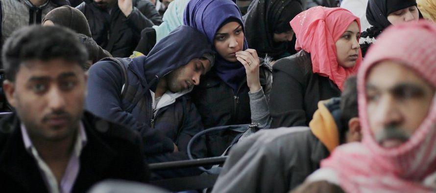 El gobierno de Donald Trump considera reducir a menos de 50,000 el número de refugiados que...