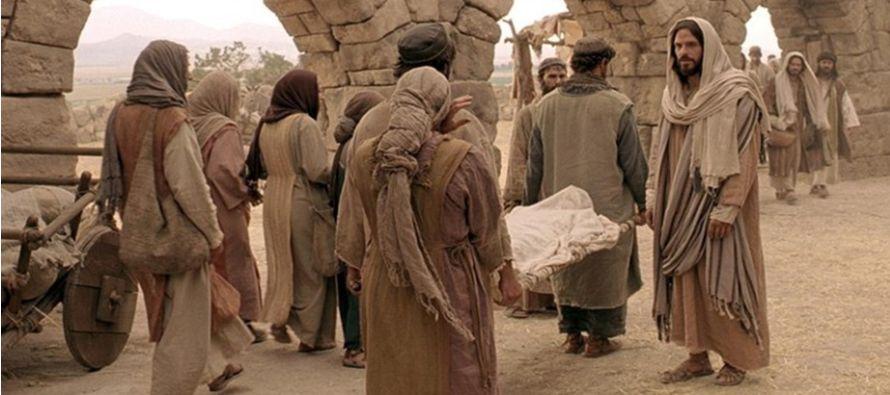 Él dijo: «Joven, a ti te digo: levántate». El muerto se incorporó...