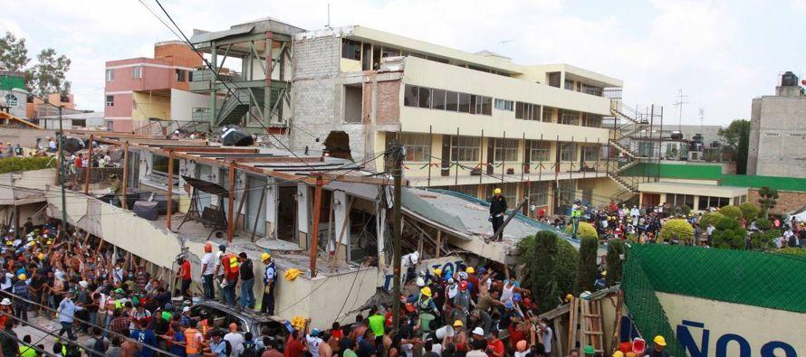 Entre las ruinas de la escuela Rebsamen, donde fallecieron 21 niños y cinco adultos, los...
