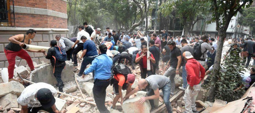 La ayuda de los ciudadanos fue vital para rescatar a los primeros supervivientes, quienes de...