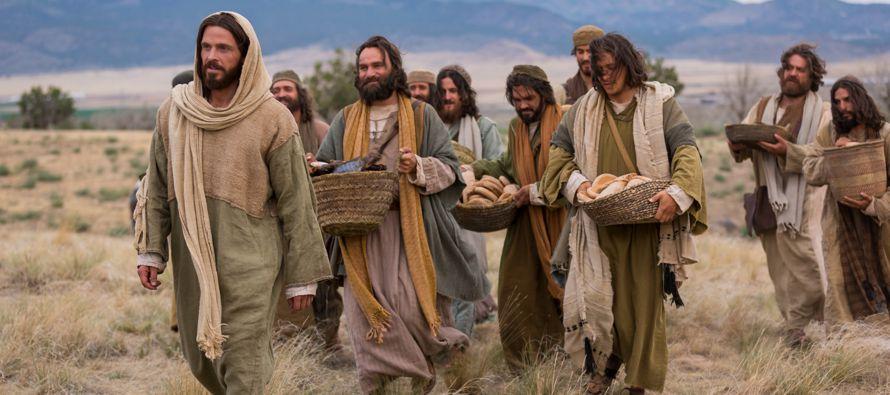 En aquel tiempo, Jesús iba por ciudades y pueblos, proclamando y anunciando la Buena Nueva...
