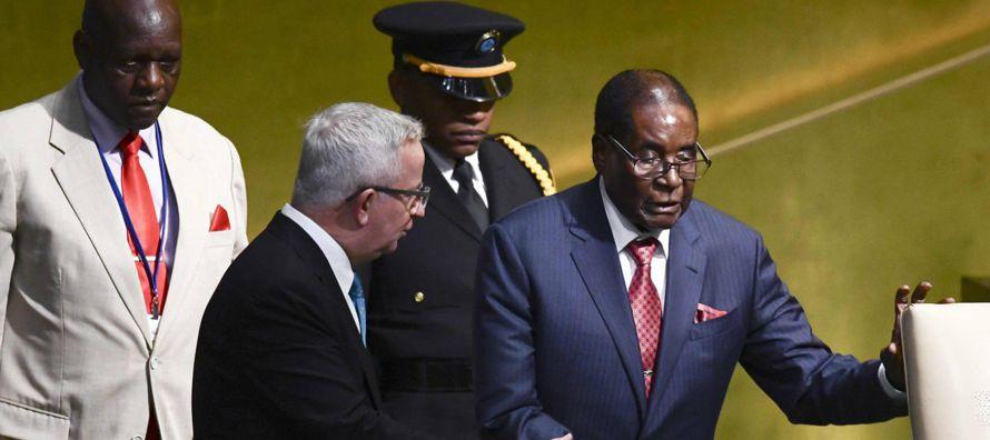 El presidente de Zimbabue recurrió a un texto bíblico para cargar sin...