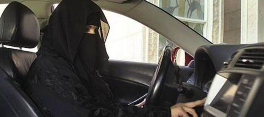 Las mujeres sauditas están igualmente sometidas a la tutela de un hombre de su familia...