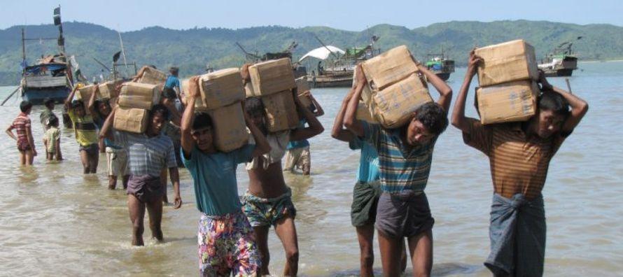 Los refugiados aún huyen de Myanmar, más de un mes después de que insurgentes...