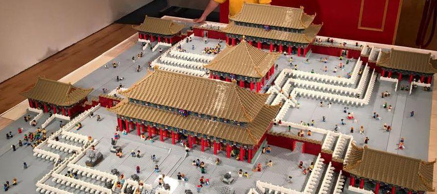 El artista chino Andy Hung, experto en reproducciones a escala con piezas de Lego, exhibe su...