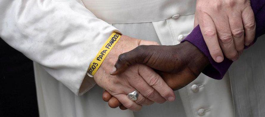 El Papa Francisco llamó el domingo a los gobiernos y a las personas a hacer más para...