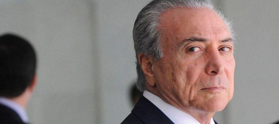 El documento que contiene la defensa de Temer fue presentado por el abogado Eduardo Carnelós...