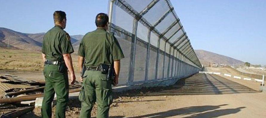El proyecto de ley incluye los 10,000 millones de dólares en fondos para muros fronterizos,...