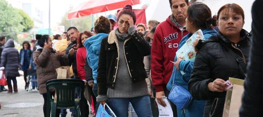 Carlos Romero Lira, de 51 años, lleva dos camisetas, una sudadera, una chamarra con capucha,...