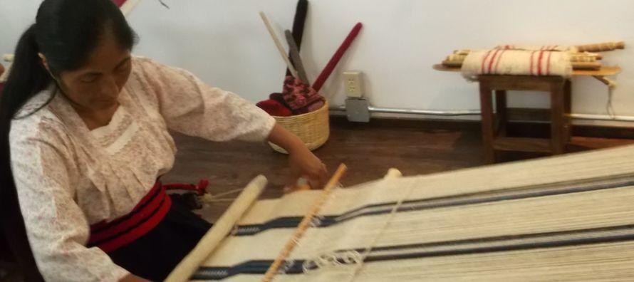 Las tejedoras del poblado de San Andrés Hueyapan están acostumbradas a vivir a la...