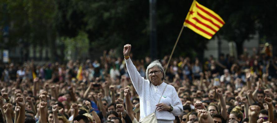 Una declaración de independencia en suspenso, Madrid lanza un ultimátum a Barcelona,...