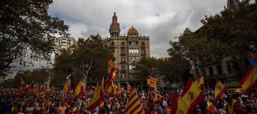 El jefe del gobierno catalán, Carles Puigdemont, proclamó el martes la independencia...