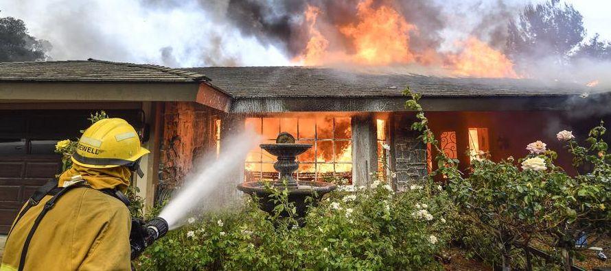Tras varios días de miedo, tensión y complicada lucha contra las llamas, los bomberos...