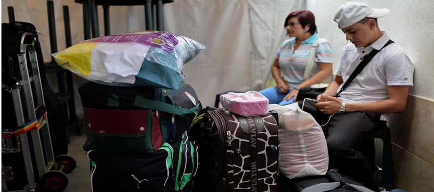 """En la maleta de Josué hay una bandera de Venezuela y una pancarta de """"feliz viaje""""..."""