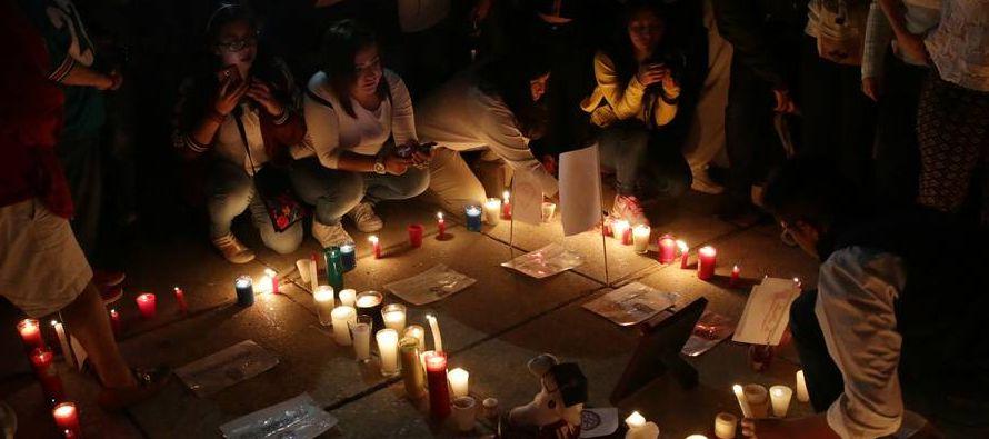 Reunida al caer la en el céntrico monumento a la Revolución, la multitud...