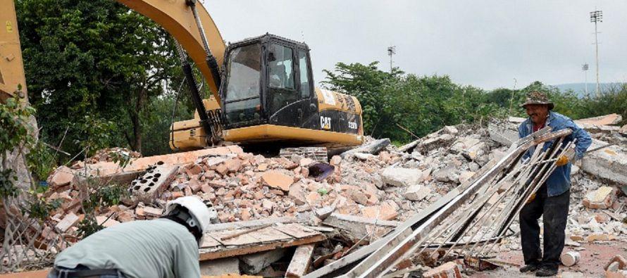 Una montaña de escombros, de entre los que se vislumbran muebles, electrodomésticos y...