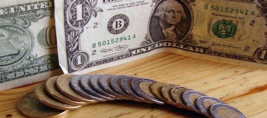 La moneda local cotizaba en 18.981 por dólar a las 2030 GMT, con un retroceso del 0.94 por...