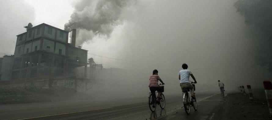 El aire contaminado, causado por todo desde el transporte y la industria hasta chimeneas de...