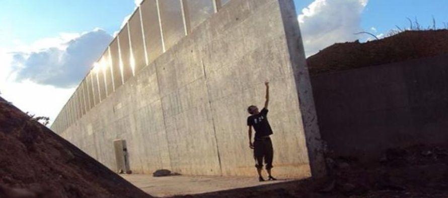 Estos modelos superan en altura al actual muro fronterizo, y son la materialización del...
