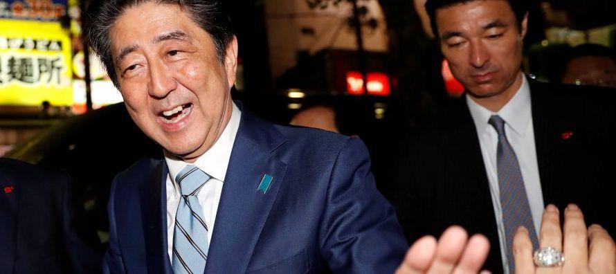 """Ante la continuidad de su llamada estrategia """"Abenomics"""" enfocada en una política..."""
