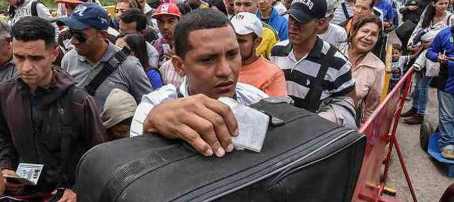 Miles de venezolanos pasan a diario a Colombia para trabajar, estudiar o comprar medicinas y...