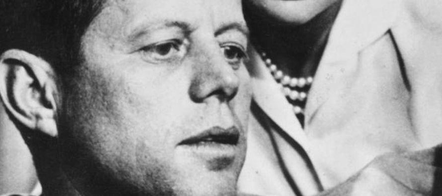El gobernador del estado de Texas, John Connally, y su esposa están sentados frente a a...
