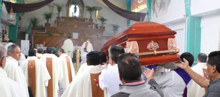 La parroquia San Isidro en Los Reyes, a la salida de la Ciudad de México, a un lado de la...
