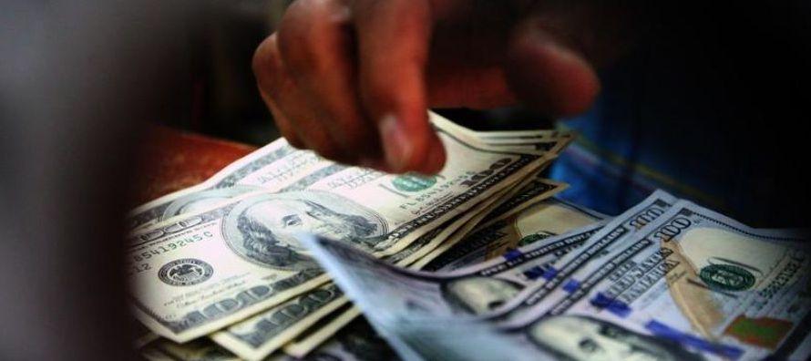 En el caso de la subasta con plazo a 62 días, Banxico ofreció 200 millones de...