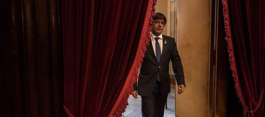 Carles Puigdemont, quien hasta el viernes era el presidente del gobierno catalán, se ha...
